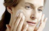 Donna che si deterge il viso